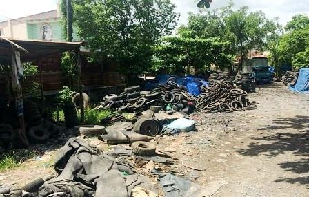Nhiều hộ dân tại Củ Chi mua bán vỏ xe cũ nhưng không có biện pháp phòng muỗi sốt xuất huyết