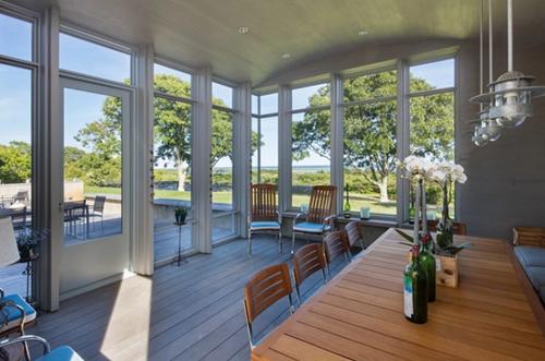 Sàn nhà làm từ gỗ sồi và có hệ thống bức xạ nhiệt.