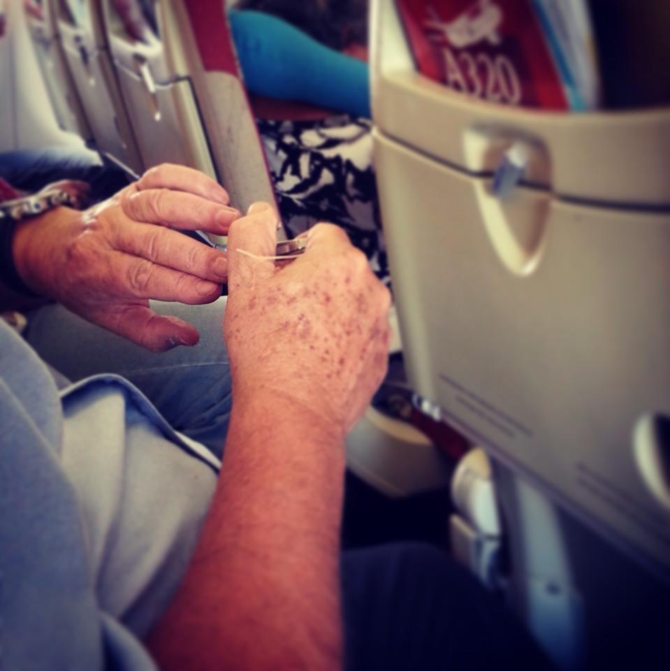 Tranh thủ cắt móng tay trước khi bay.