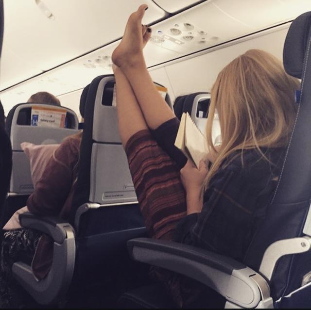 Có khi nào bạn hốt hoảng khi bắt gặp những đôi chân thon đẹp lại chổng ngược giữa cabin máy bay?