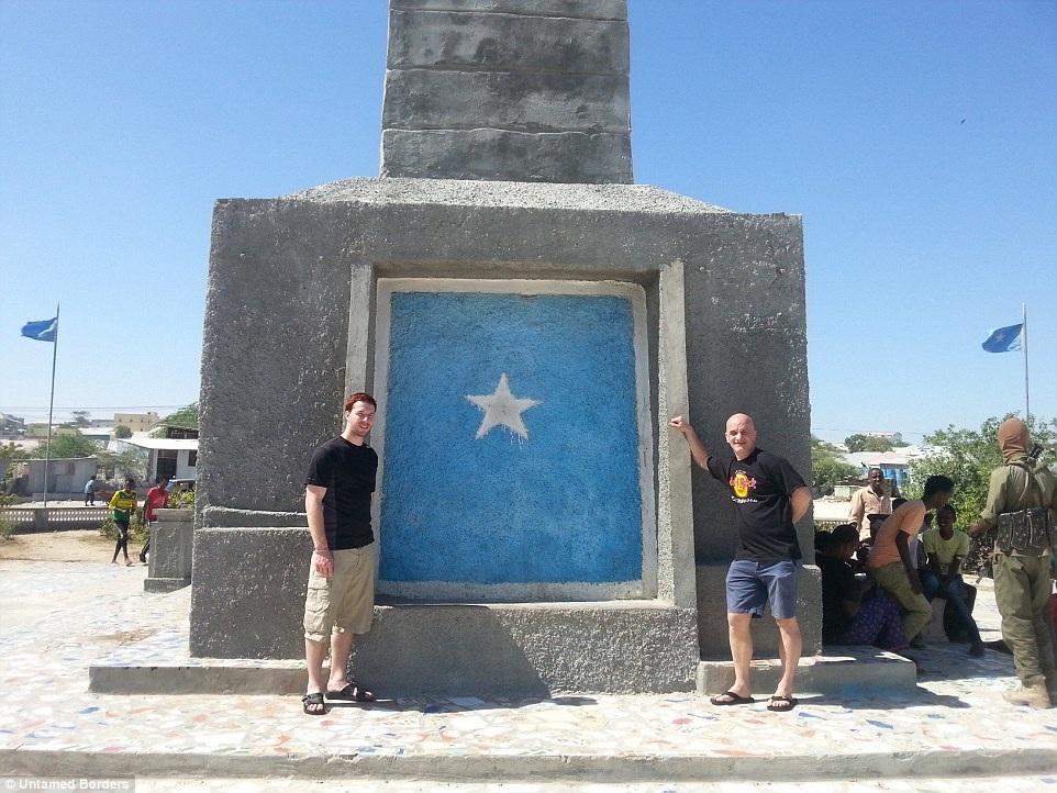 Chụp hình tại tượng đài chiến sỹ vô danh.