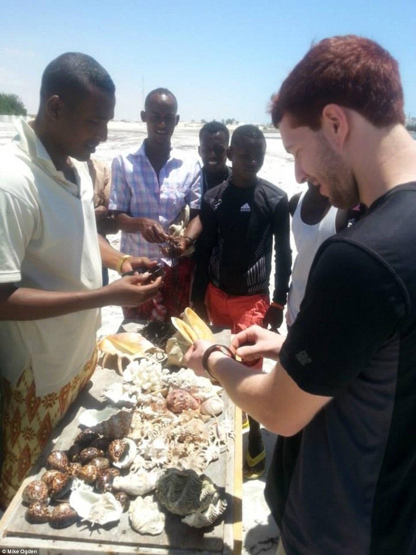 Mike nói chuyện với các thanh niên địa phương tại bãi biển Jazeera.