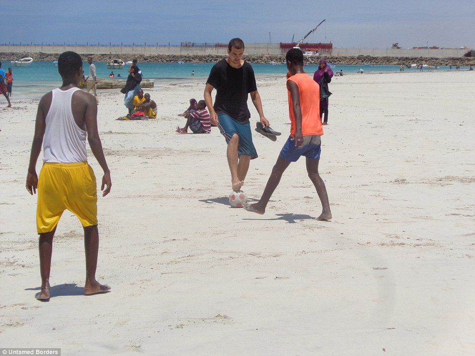 Chơi bóng cùng thanh niên địa phương.