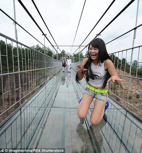 Trước đó, Trung Quốc đã khai trương liên tiếp hai cây cầu treo trong suốt ở Hồ Bắc và Trùng Khánh.