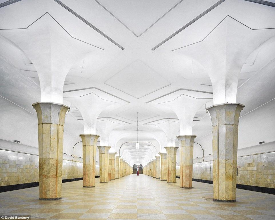 Trạm Kropotkinskaya gây ấn tượng với phong cách thiết kế thanh lịch, hệ thống ánh sáng độc đáo làm nổi bật vẻ đẹp cột đỡ.