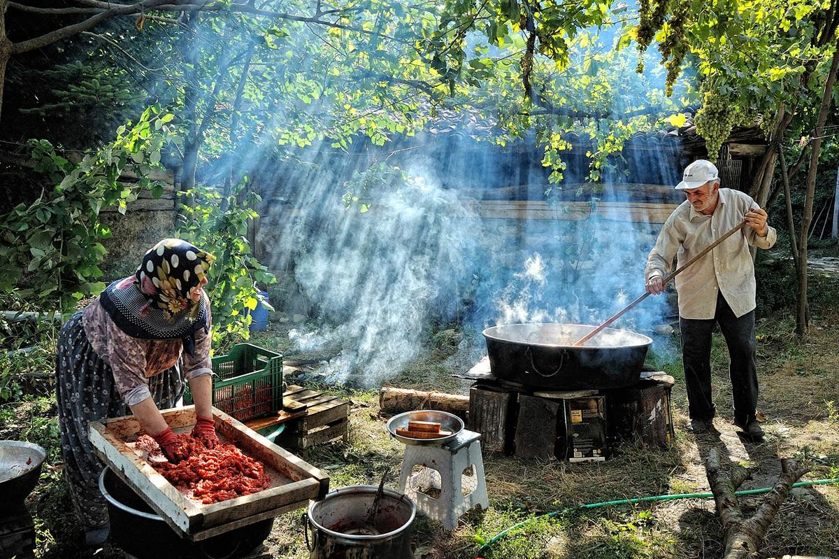 Khu vực Đông Âu và Trung Á. Một gia đình nông dân ở ngôi làng Bursa Aksu, Thổ Nhĩ Kỳ, đang làm bột cà chua. Tác giả: Bülent Suberk