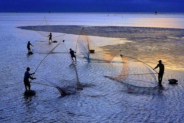 Đánh bắt cá lúc bình minh. Tác phẩm đạt giải khuyến khích. Tác giả: Do Hieu Liem.