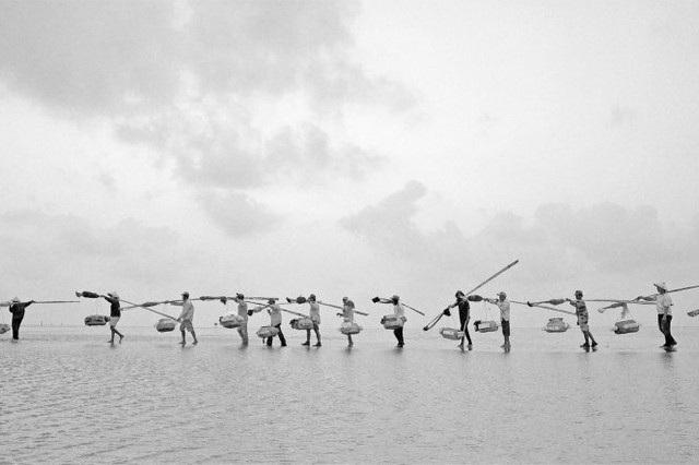 Gánh cá trên bờ biển. Hình ảnh chụp tại tỉnh Bạc Liêu, Việt Nam và đạt giải khuyến khích. Tác giả: Phuc Ngo Quang.
