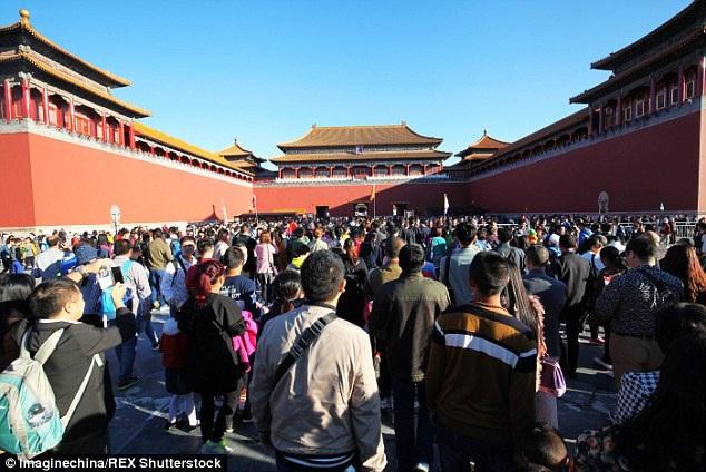Tử Cấm Thành – điểm du lịch hút khách bậc nhất ở Bắc Kinh luôn trong tình trạng đông đúc, chật chội