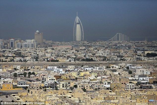 Bên cạnh những tòa nhà chọc trời ở Dubai là vô số khu ổ chuột nghèo nàn