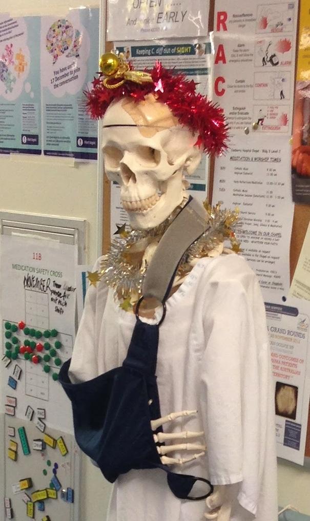 Bộ xương được trang hoàng chào đón Giáng sinh