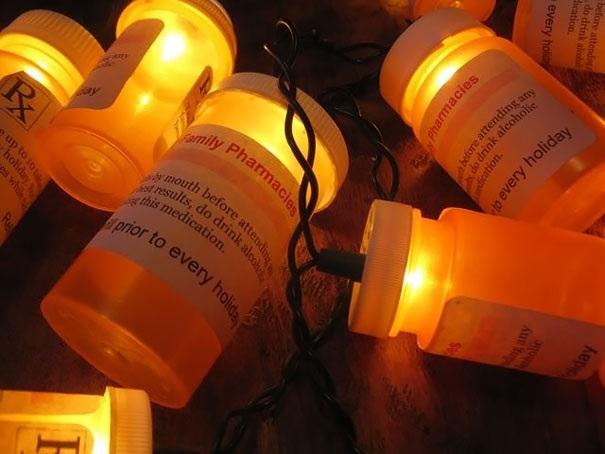 Những ống thuốc qua sử dụng được tận dụng làm thành đèn thắp sáng