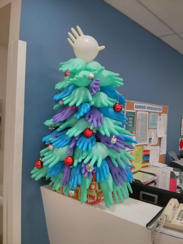 Găng tay y tế nhiều màu sắc được phối ăn ý với nhau để trở thành cây thông Noel sáng tạo