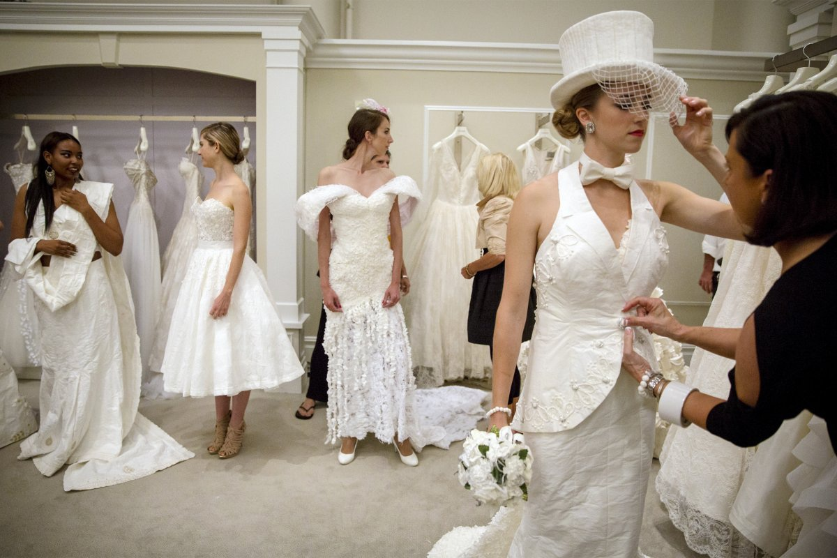 Cuộc thi thiết kế váy cưới từ giấy vệ sinh lần thứ 11 tổ chức tại Bridal Boutique Kleinfled, New York, Mỹ với sự tham gia của 10 nhà thiết kế nổi tiếng thế giới. Những chiếc váy cưới làm từ giấy vệ sinh, băng keo, kim, được thiết kế tinh tế lộng lẫy chẳng kém gì chất liệu satin. Chúng có giá trung bình khoảng 1000 USD.