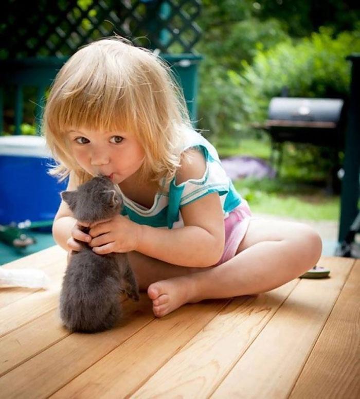 """Khoảnh khắc ấm áp của các bé với thú cưng làm """"tan chảy"""" trái tim - 14"""