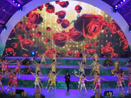 Một tiết mục ca nhạc góp phần trong buổi khai mạc lễ hội hoa