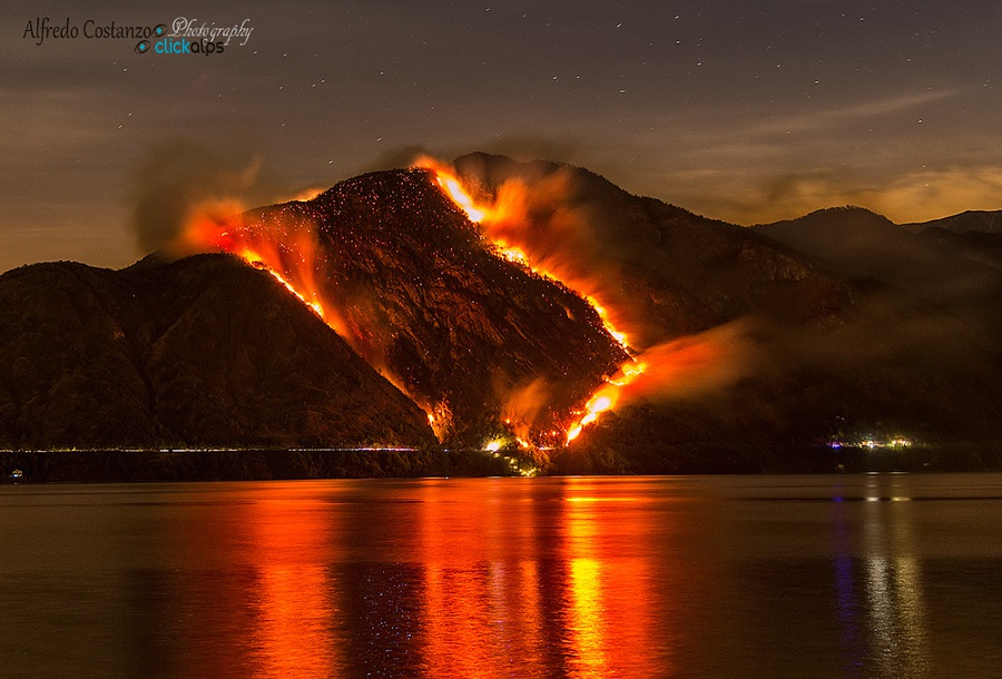 Khói trên mặt nước, lửa trên trời. Tác phẩm của nhiếp ảnh gia Alfredo Constanzo