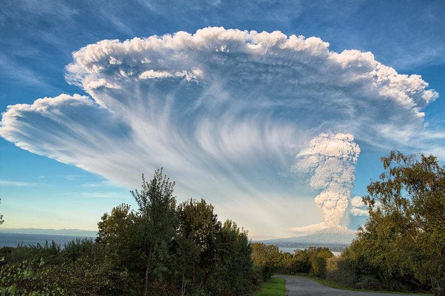 Nhiếp ảnh gia Marcelo Dufflocq ghi lại những cột khói lớn bốc lên từ núi lửa Calbuvo I