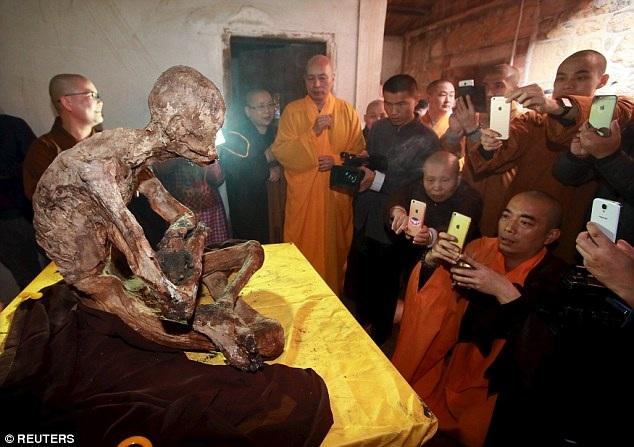 Nghi lễ tôn giáo đưa xác ướp nhà sư ra khỏi bình