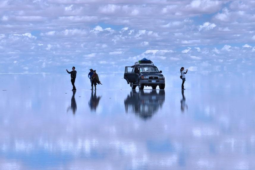 """""""Đi trên mặt nước"""" là hình ảnh siêu thực tại cánh đồng muối khổng lồ ở Uyuni, Bolivia, nơi được ví bầu trời và mặt đất như hòa thành một. Tác giả: Jenny Bailey"""