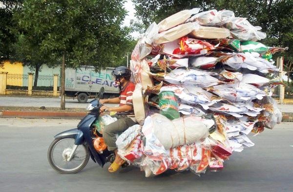 Hình ảnh chụp tại một con phố ở Hà Nội trong dịp lễ Vu Lan với cảnh người đàn ông chở đầy hàng mã trên xe