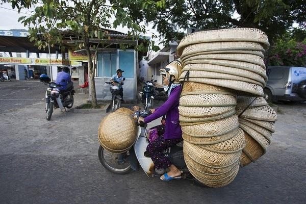 Muôn kiểu chở hàng cồng kềnh ở Việt Nam - 9