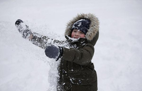 Trẻ em vui đùa trong lớp tuyết dày. Hình ảnh chụp tại thành phố Philadenphia, Mỹ.