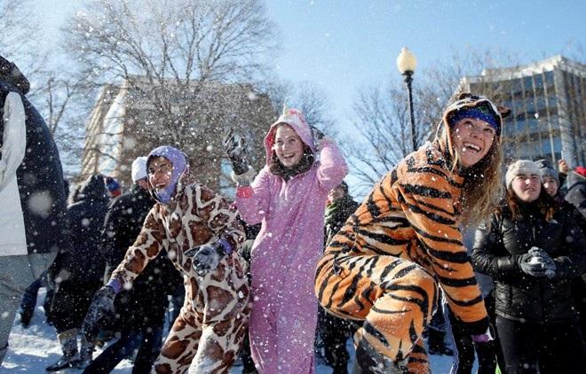 Giới trẻ Mỹ hào hứng vui đùa trong lớp tuyết trắng xóa.