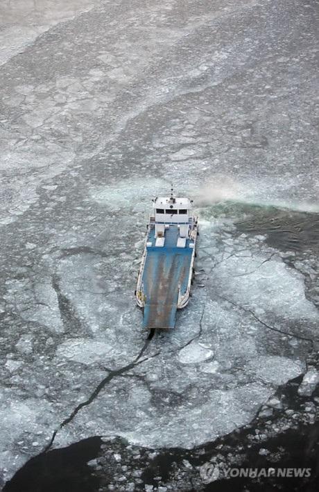 Mặt hồ nước đóng băng
