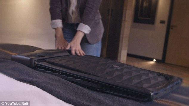 Gấp gọn thành mặt phẳng và treo trên mắc tủ