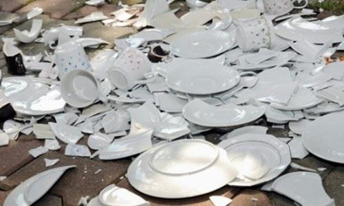 Ném đồ cũ, đập bát đĩa và đánh nhau để đón năm mới - 4