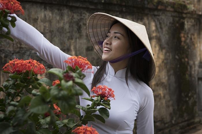 Thiếu nữ bên hoa. Hình ảnh chụp tại Hà Nội