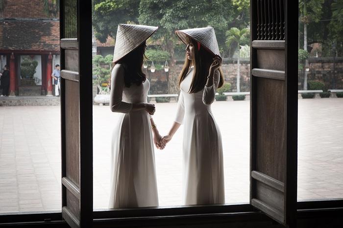Thiếu nữ khoe vẻ đẹp xuân thì. Hình ảnh chụp tại Văn Miếu Quốc Tử Giám, Hà Nội.