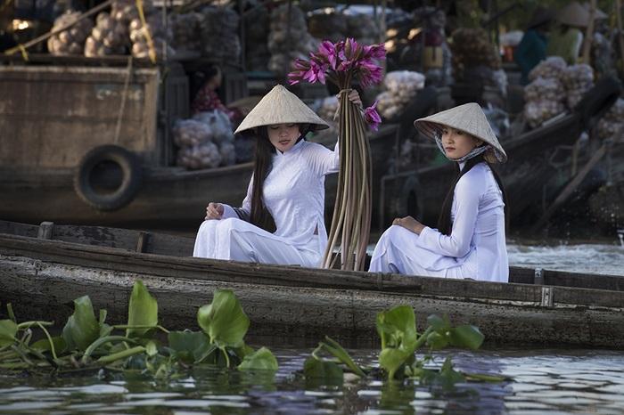 Nét dịu dàng quyến rũ của những thiếu nữ miền Tây Nam Bộ trong phiên chợ nổi