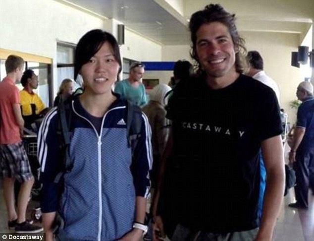 Hori chụp hình cùng nhân viên hãng lữ hành trước khi bắt đầu thử thách