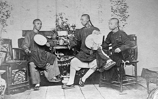 3 thanh niên trẻ tuổi của một gia đình thượng lưu ngồi đàm đạo.