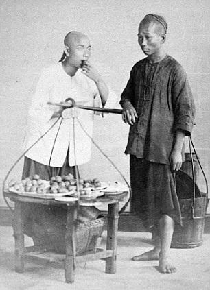 Hình ảnh một người bán trái cây dạo
