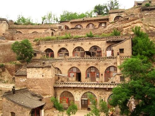 Kỳ lạ những ngôi làng nằm trong hang động hàng trăm năm - 1