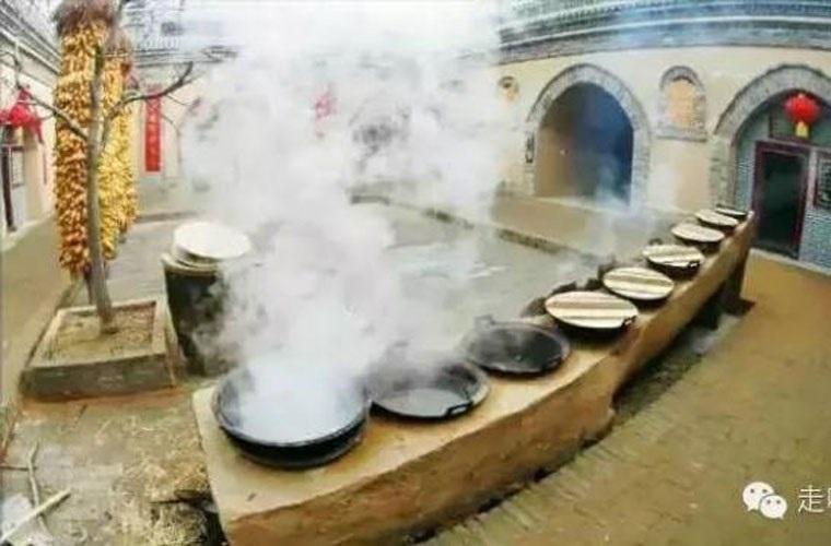 Khoảng sân chung còn được người dân tận dụng nấu chung bếp khi có dịp lễ tết