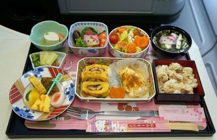 Bữa trưa phong phú của hãng Eva Airways (Đài Loan) với những món ăn mang đậm phong cách ẩm thực Nhật Bản gồm súp miso, salad rau quả, trứng cuộn kiểu Nhật, tôm, cải bông xanh và nấm.