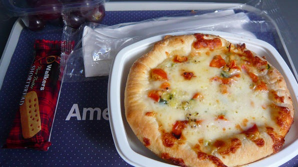 Suất ăn nhẹ xuyên qua Đại Tây Dương của hãng American Airlines (Mỹ) với chiếc bánh pizza cỡ nhỏ.