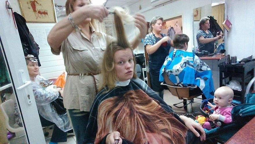 Trên đường về, hai mẹ con ghé vào một cửa tiệm làm tóc. Cô con gái nhỏ không tỏ ra buồn chán khi được mẹ cho tới đây.