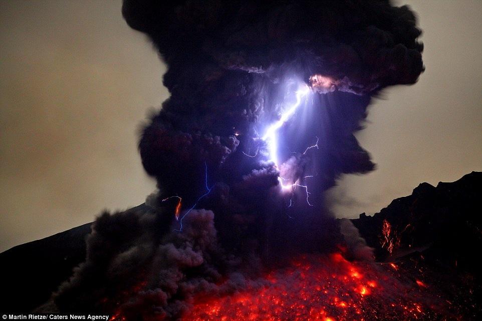 Những cột khói cuồn cuộn hòa cùng tia sét khi nham thạch phun lên ở núi lửa Sakurajima thuộc miền Nam Nhật Bản