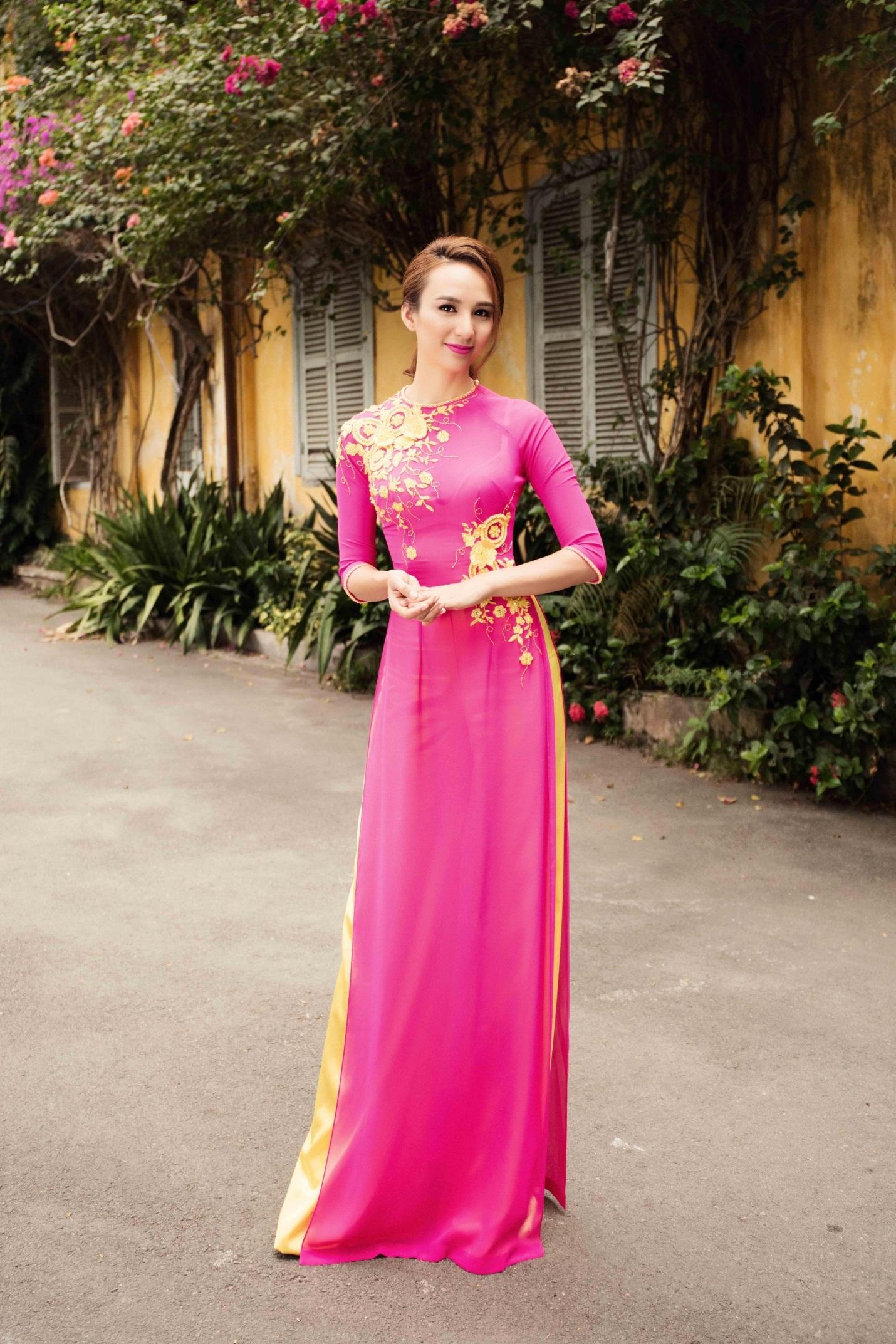 Hoa hậu Du lịch Ngọc Diễm duyên dáng trong tà áo dài - 2