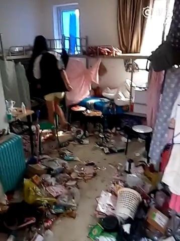 Căn phòng ngập rác thải lại là nơi ở của các nữ sinh