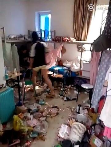 Cô gái trong đoạn video không ngại ngần chia sẻ, hai người bạn trong phòng đã dọn đi vì quá bẩn và bốc mùi