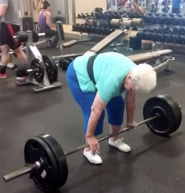 Từ một người gặp khó khăn khi tự nâng cơ thể, nhờ chăm chỉ luyện tập, cụ bà 78 tuổi đã nâng được mức tạ hơn 100kg