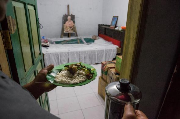 Người Toraja vẫn mang đồ ăn thức uống tới người chết khi đám tang chưa diễn ra