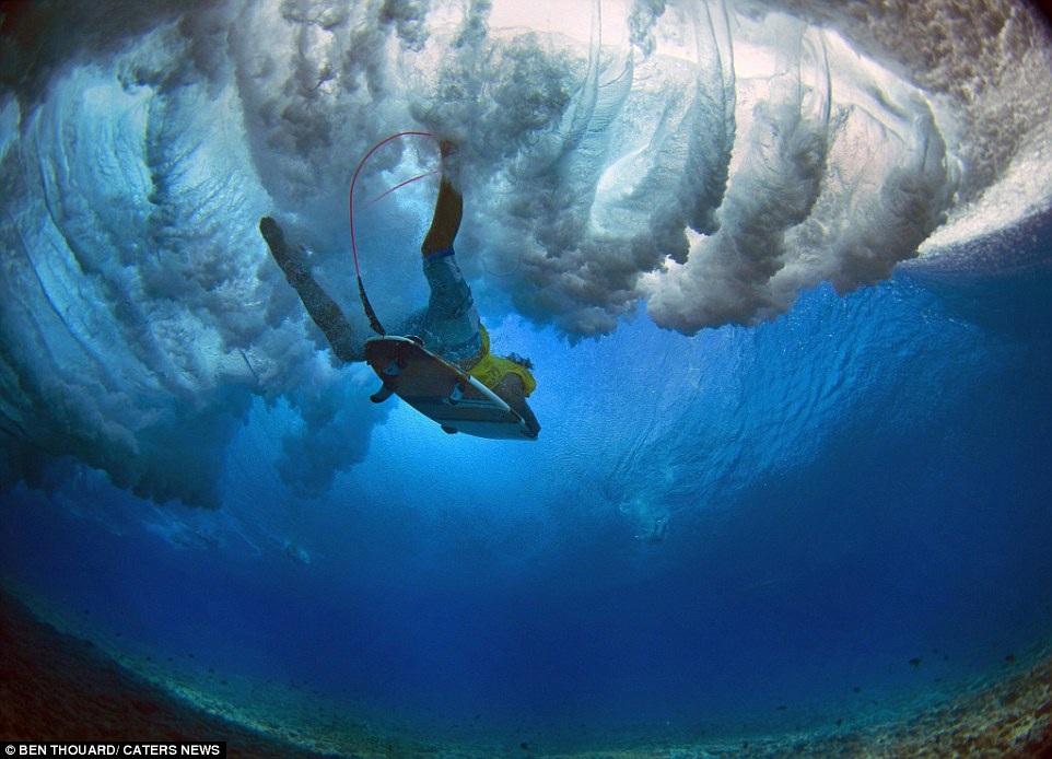 Hình ảnh ngoạn mục đến khó tin của những vận động viên lướt sóng - 7