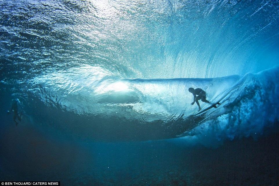 Hình ảnh ngoạn mục đến khó tin của những vận động viên lướt sóng - 8